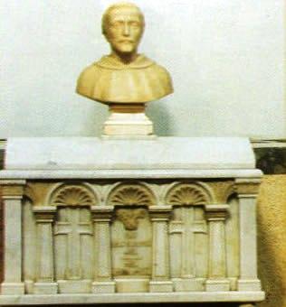 Urna donde descansan los restos de Fray Juan Bautista de Moya. Catedral de Tacámbaro. Fuente: Municipio de Tacámbaro.